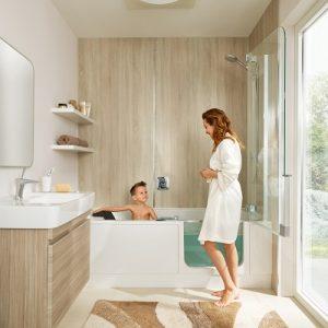 Die Duschbadewanne von Artweger bietet zusätzlichen Komfort durch die Tür am Wannenrand – ideal für ein kleines Bad. Foto: Arweger
